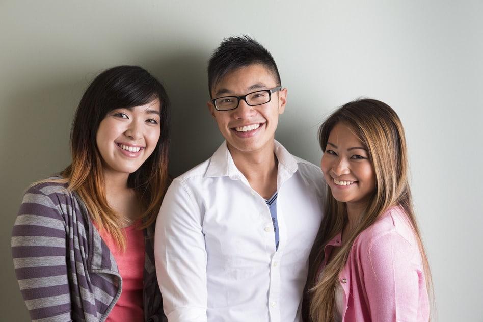 des visages heureux en achetant des écouteurs chinois chez aliexpress